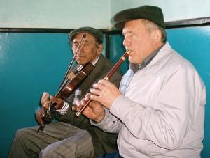"""László """"Legedi"""" István furulyás és Mandache Aurel hegedűs együtt zenélnek."""
