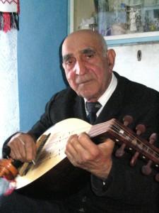 14.Antim Ioan (1928, Prăjoaia) kobzos. Cigánylárga / Orşa Avram (Sănduleni, Moldva); 2005. 12. 02.