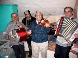 Vieru Constantin (1947) dob, Lungu Costică (1925) hegedű, Săndume Ion (1954) harmonika. Bákótól kb. 20 km-re északra lévő falujukból Lészpedre és Szabófalvára is jártak muzsikálni. A gyári dobnak csak egyik oldalán van bőr, a verők tűzifa darabok. Izvoare (Moldva), 2005. 02. 10.