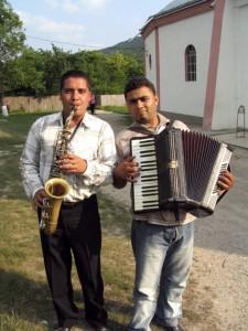 Szaxofonos és harmonikás Bereşt-Bistriţa-ból. Magyarfalu (Moldva), 2004. 06. 19.