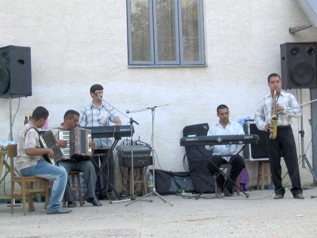 Lakodalmi zenekar Bereşt-Bistriţa-ból a kultúrház előtti téren. Magyarfalu (Moldva), 2004. 06. 19.