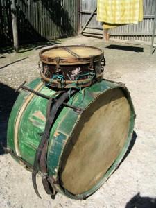 Alexandru Iancu hegedűs által készített dob. Felesége játszott rajta. Szegény helyre ketten is elmentek muzsikálni. Cigánylárga / Orşa Avram (Sănduleni, Moldva), 2004. 06. 15.