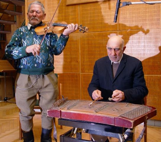 Bogdan Toader (1923, Stejaru) hegedűs és Antim Ioan (1928, Prăjoaia) cimbalomos (és kobzos) a HH-ban megrendezett első hegedű, koboz és cimbalom mesterkurzuson. Budapest, 2006. 02. 22.