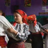 Táncoló fiatalok - Külsőrekecsin (Moldva)